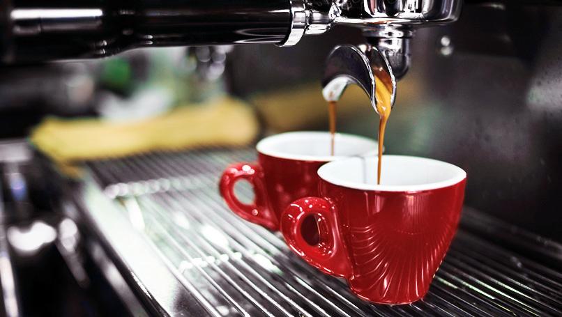 haciendo dos tazas de cafe
